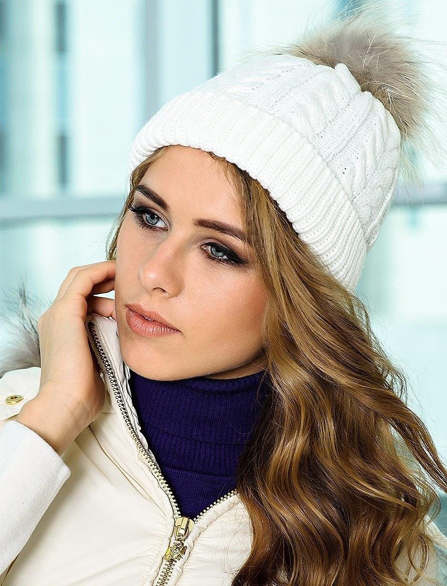 шапка вязанная белая с меховым бубоном