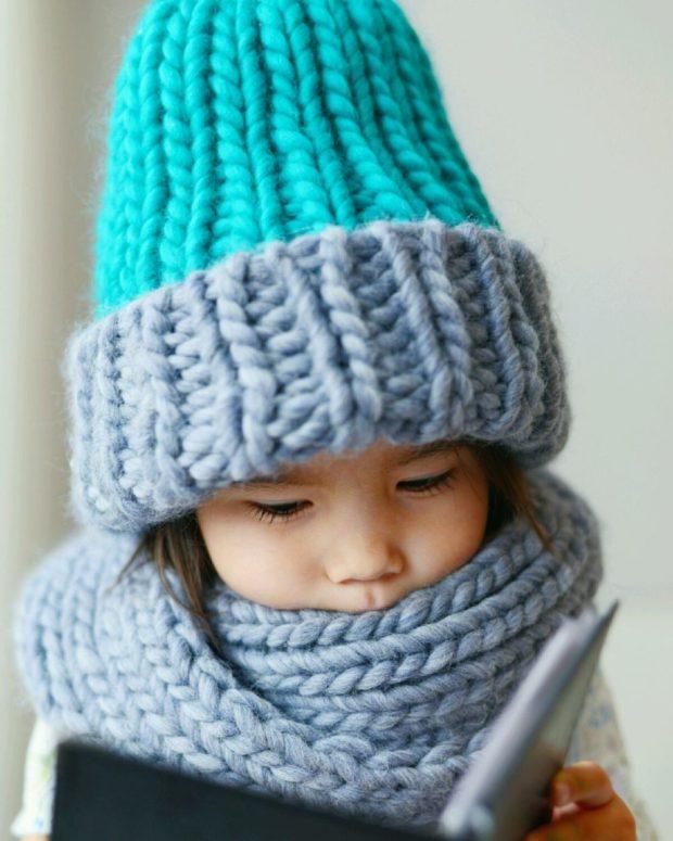 крупная вязка шапка серая с голубым серая