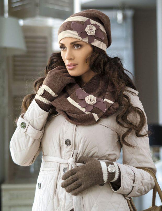 Шапки и шарфы осень зима 2019 2020: коричневый с бежевым с цветами