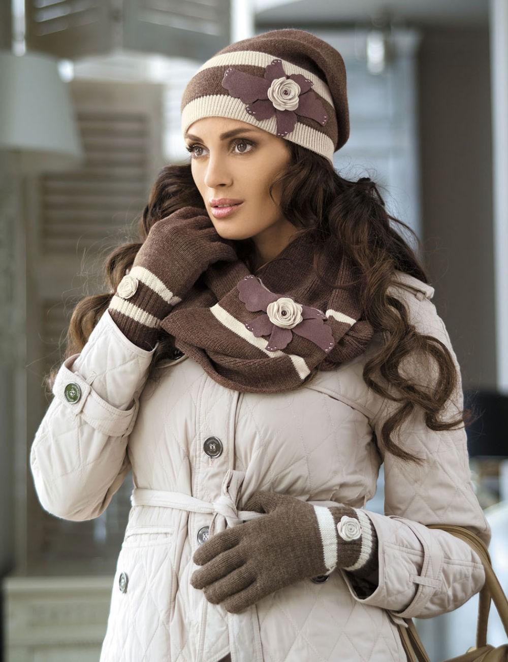 шапка и шарф коричневый с бежевым с цветами
