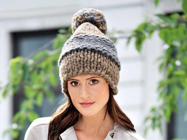 шапка с помпоном вязаная коричневая с серым