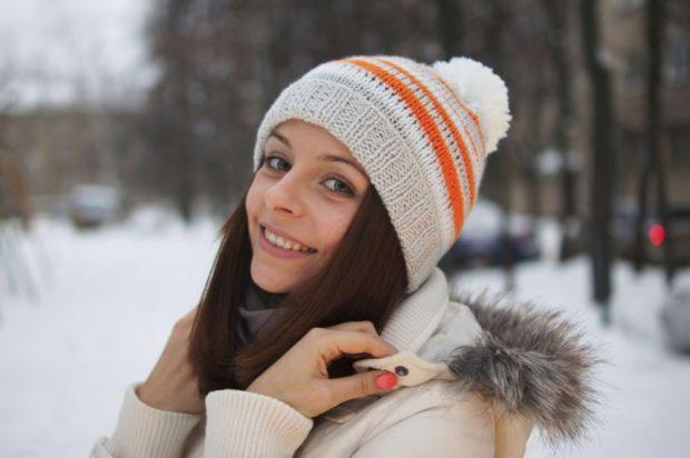 шапка с помпоном светлая с оранжевыми полосками