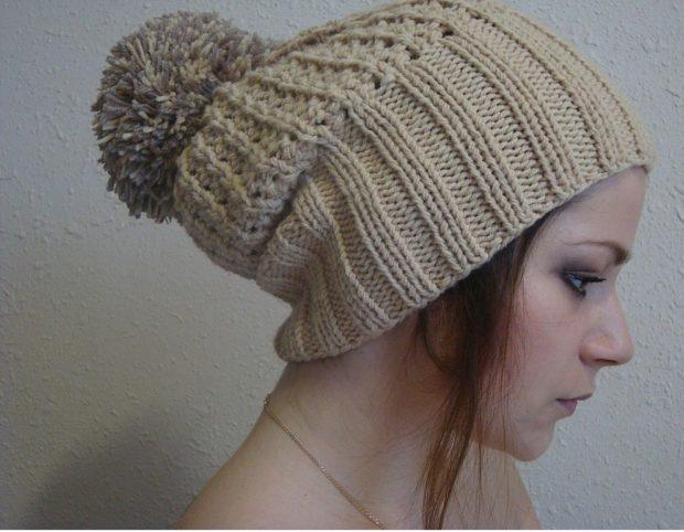 шапка с помпоном коричневая вязанная