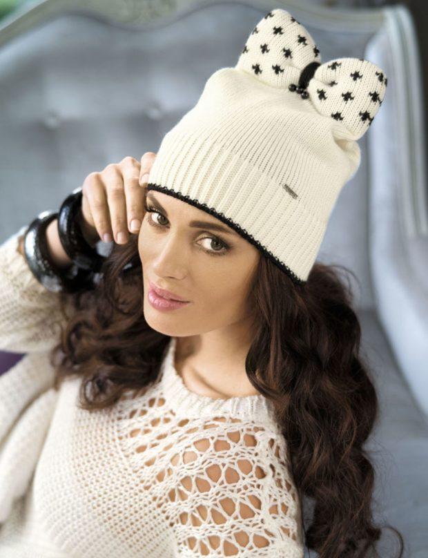 Шапки и шарфы осень зима 2019 2020: белая вязаная с бантом