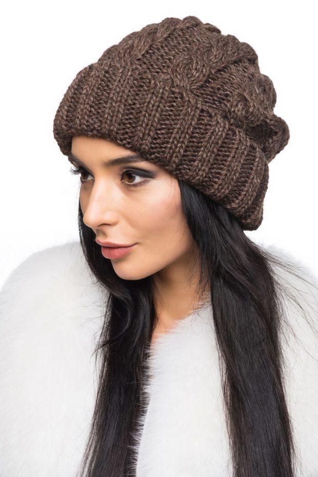 шапка с отворотом коричневая объемная