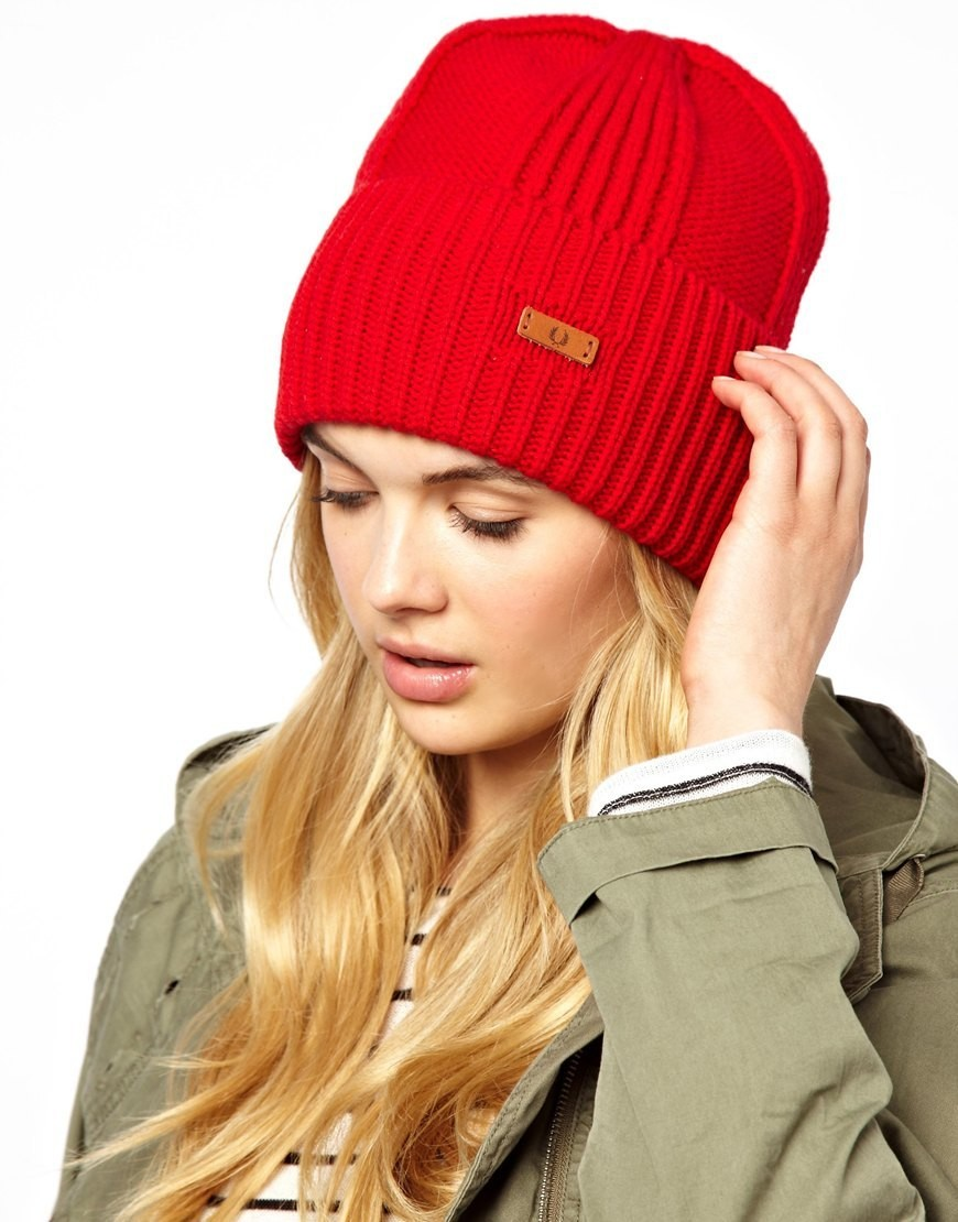 шапка с отворотом красная