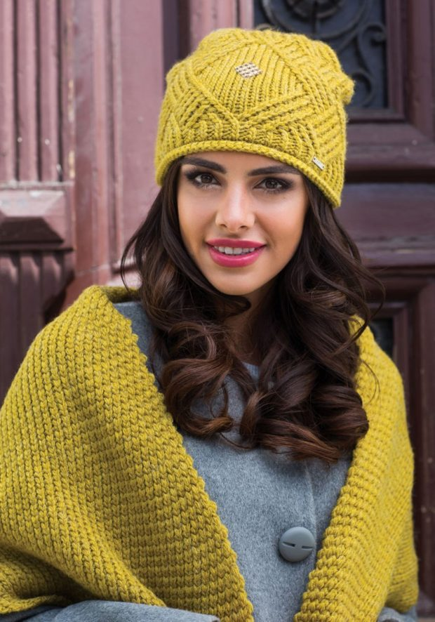 желтая шапка и шарф в тон вязка с узором