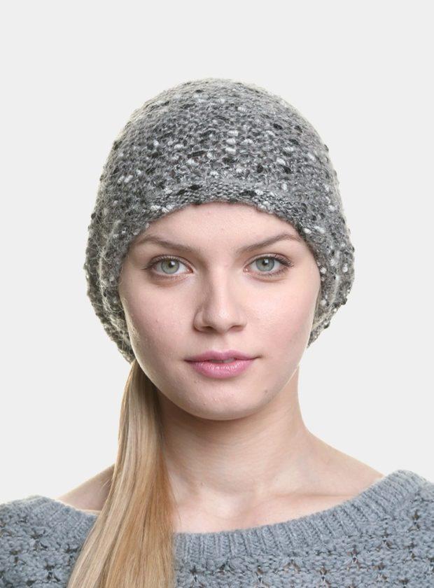 серая шапка вязанная