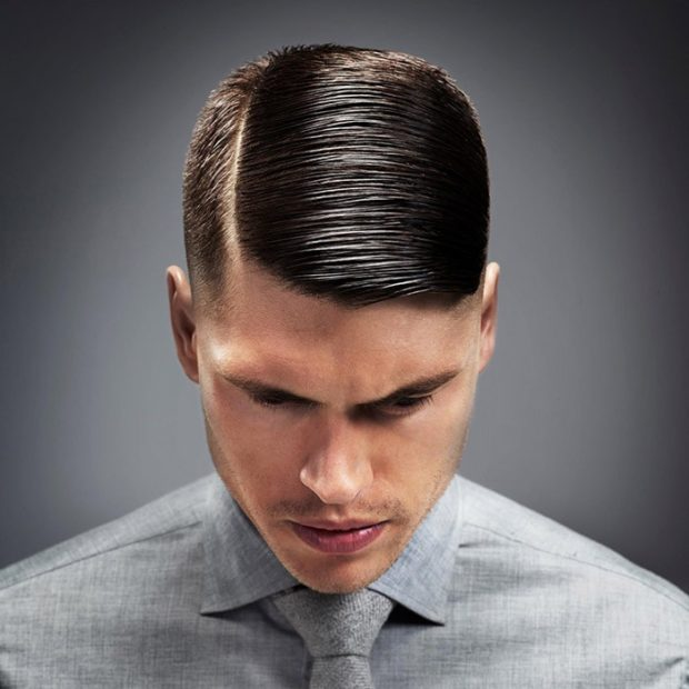 мужская стрижка волос: пробор сбоку удлиненная права часть руки