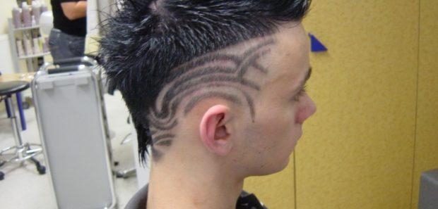 модные мужские стрижки: выбритые узоры на голове справа