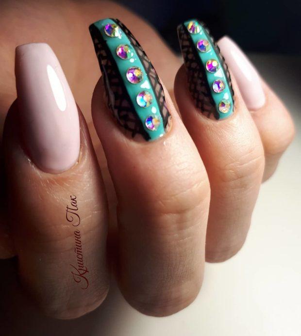 новогодний дизайн ногтей со стразами: розовый