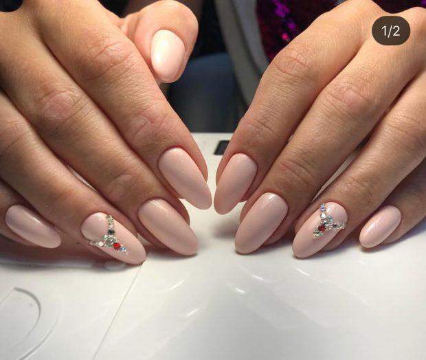 новогодний дизайн ногтей: со стразами нюдовый