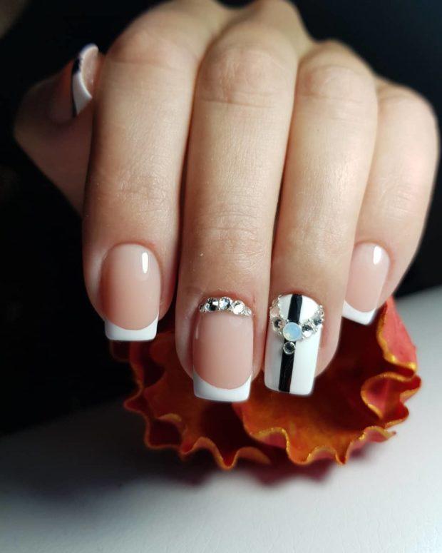 новогодний дизайн ногтей: со стразами френч