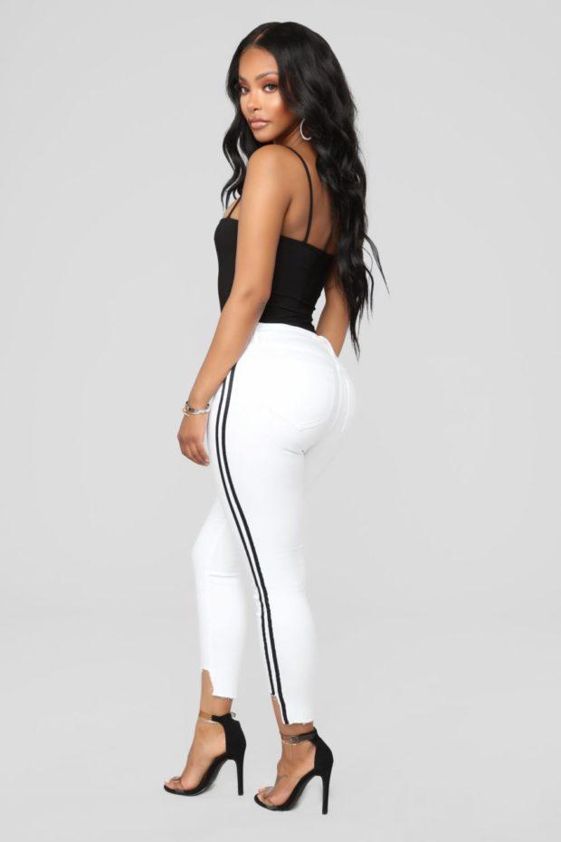женские джинсы: с лампасами белые с черными полосами