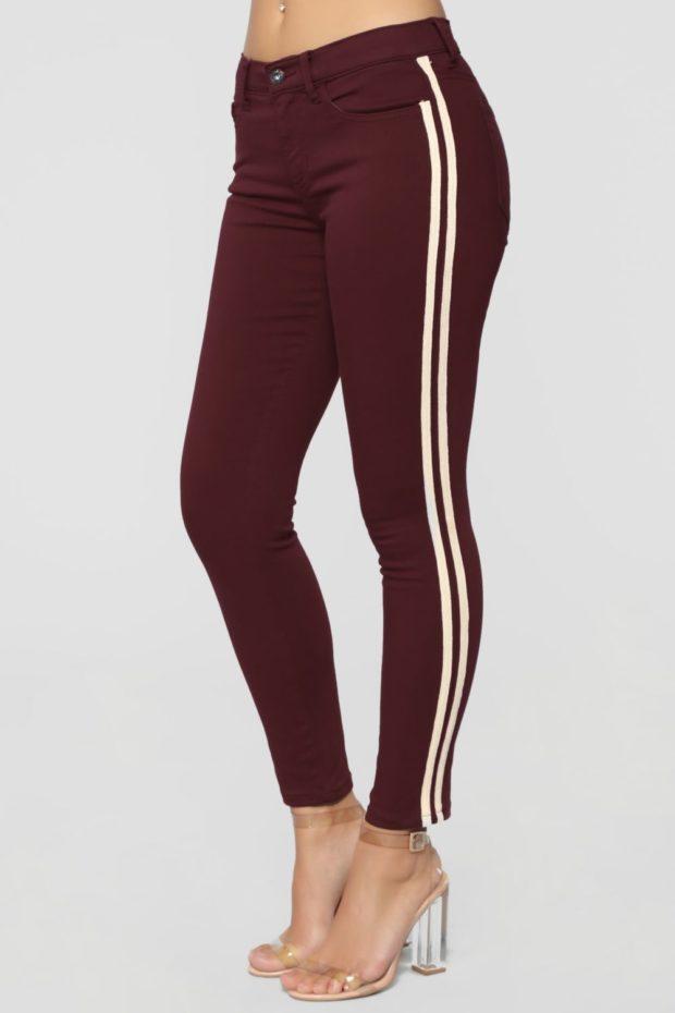модные джинсы: с лампасами бордовые с белой полосой
