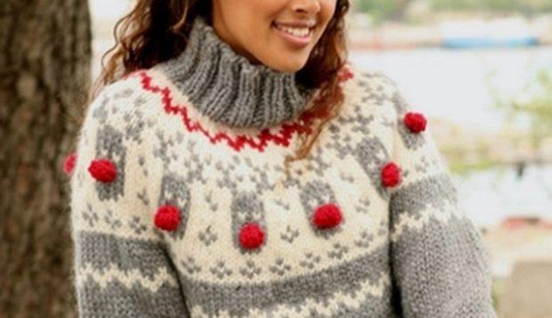 серый свитер с белым с мордами оленей