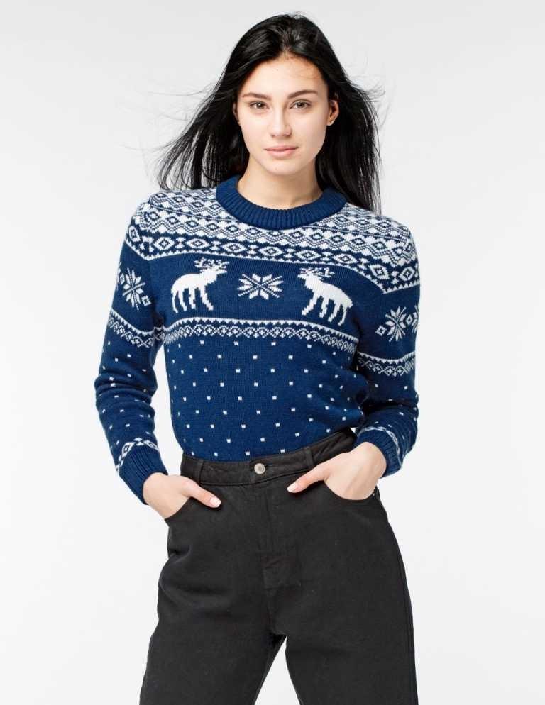 синий свитер с оленями и снежинками