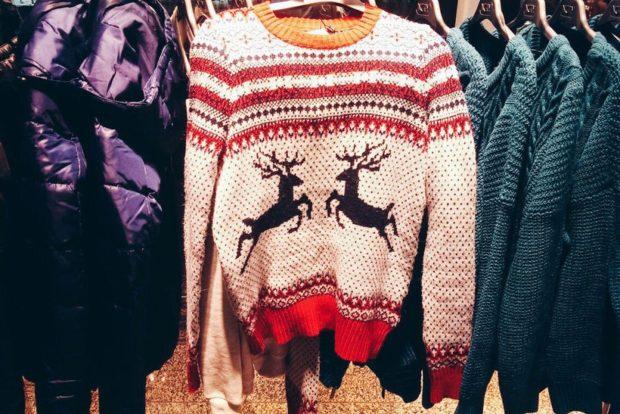 широкий новогодний свитер с оленями