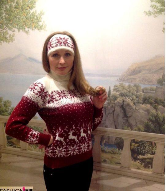 свитер с оленями бело-красный