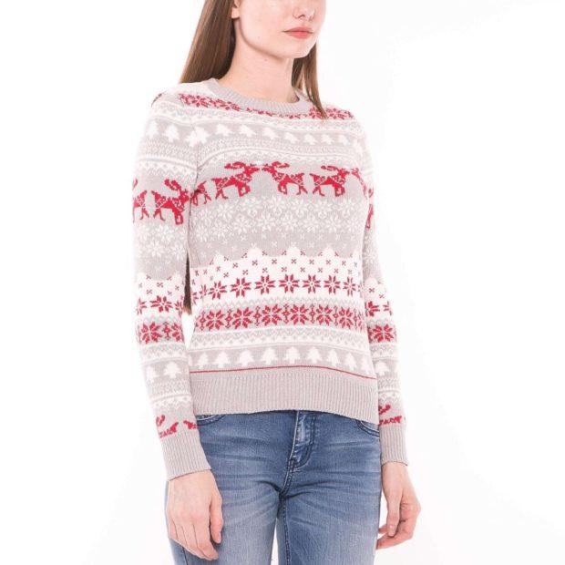 серый свитер с красными оленями