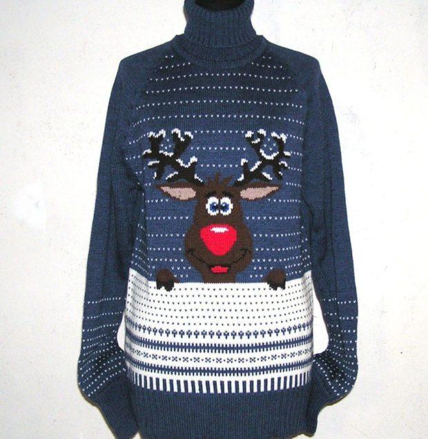 свитер синий с веселым оленем