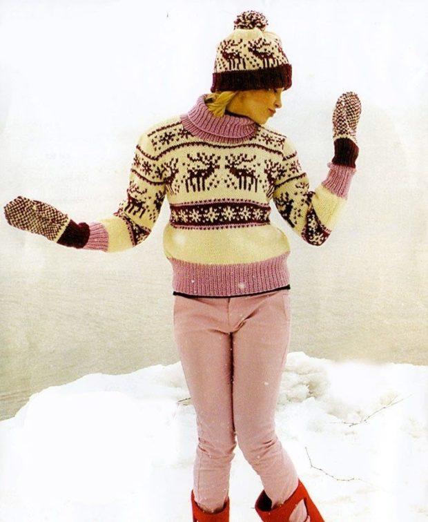 светлый свитер с оленями