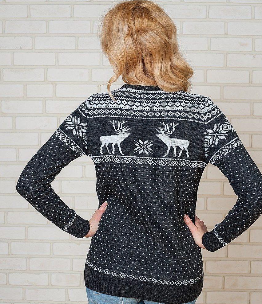 черный свитер с оленями и снежинками