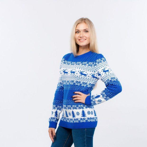 синий с белым свитер с оленями