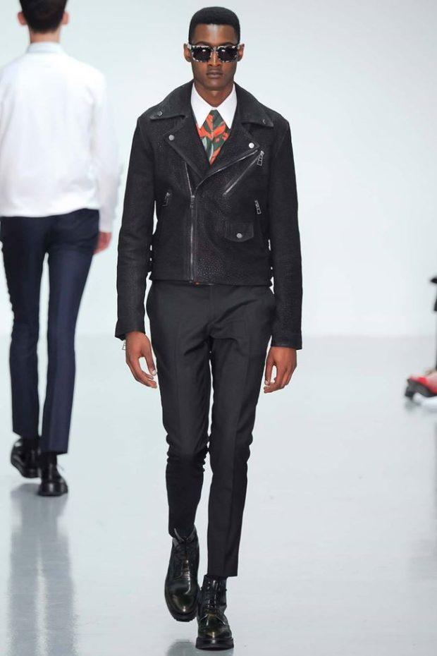 тенденции мужской моды осень-зима: куртка черная штаны