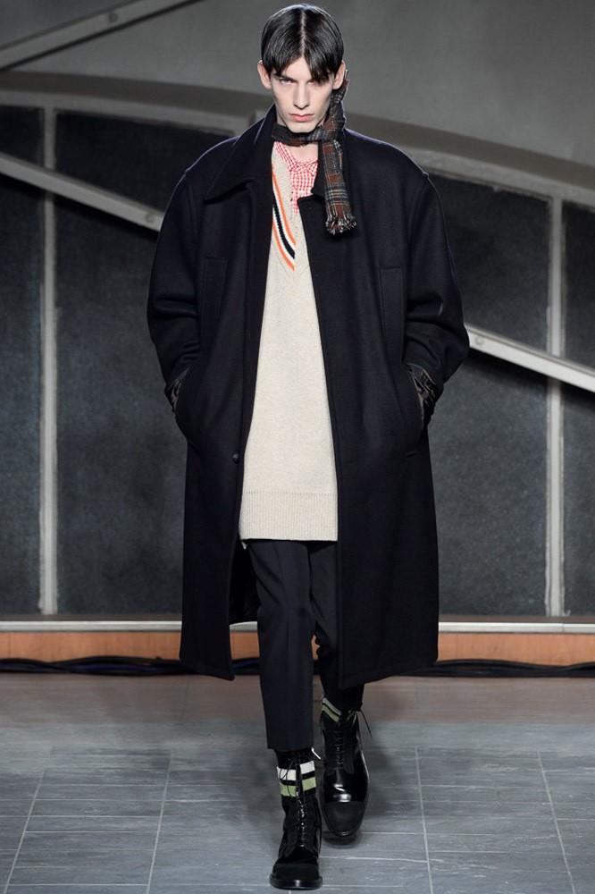 тенденции мужской моды осень зима: черное пальто черные брюки