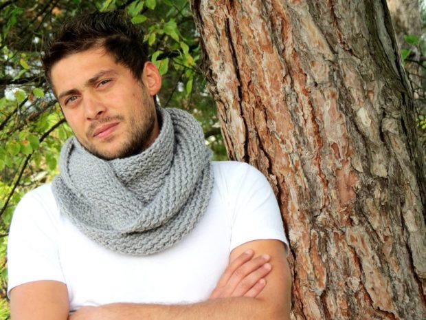 тенденции мужской моды осень-зима: шарф снуд светло-серый