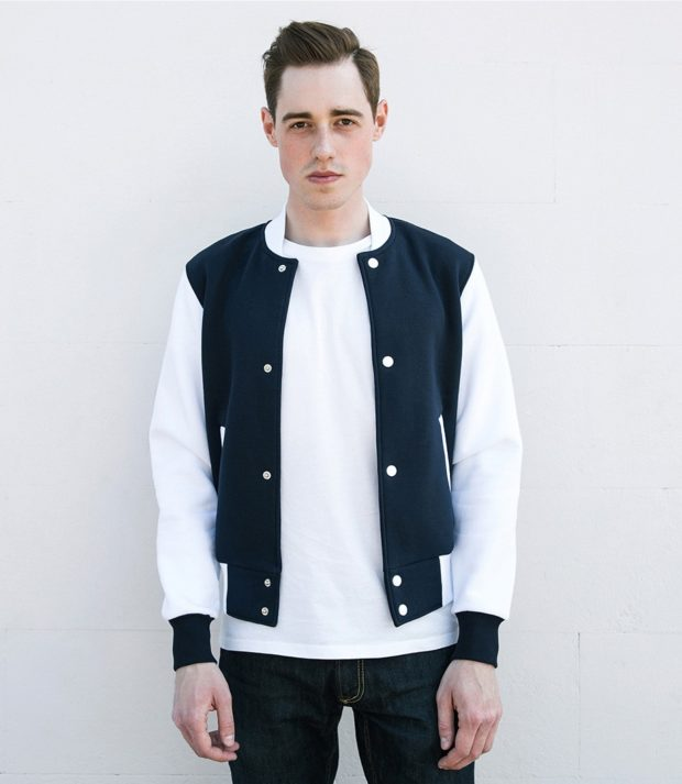 тенденции мужской моды осень-зима: куртка белая с синим бомбер