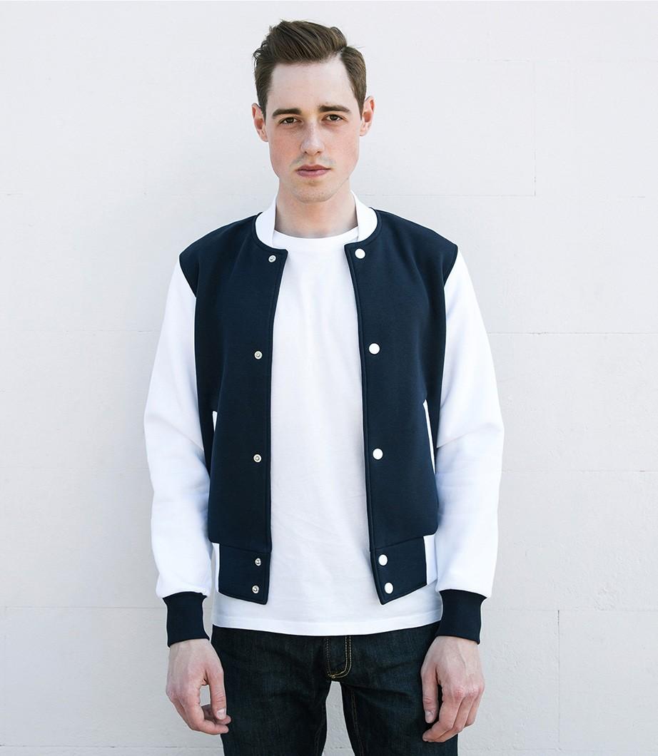 тенденции мужской моды осень зима: куртка белая с синим бомбер