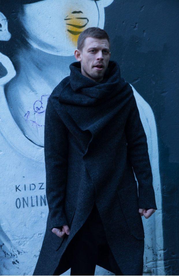 тенденции мужской моды осень-зима: пальто черное оверсайз вязка