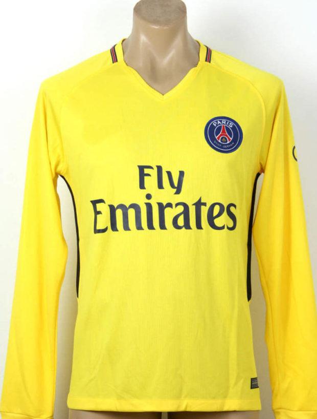 тенденции мужской моды осень-зима: футболка с длинными рукавами желтая