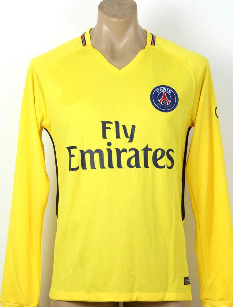 тенденции мужской моды осень зима: футболка с длинными рукавами желтая