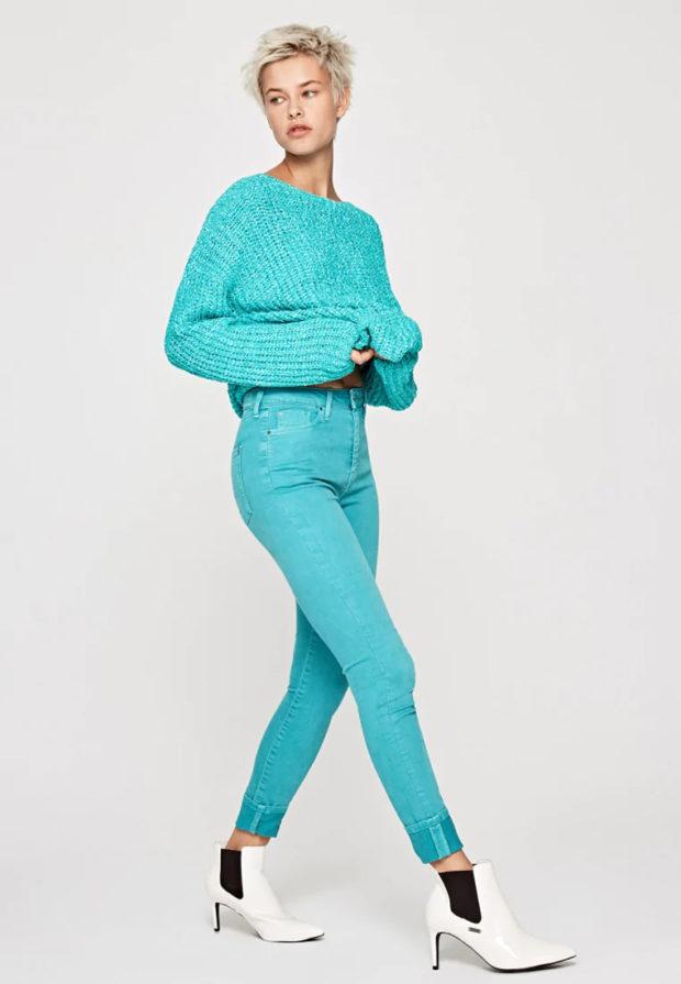 с чем носить бирюзовые джинсы