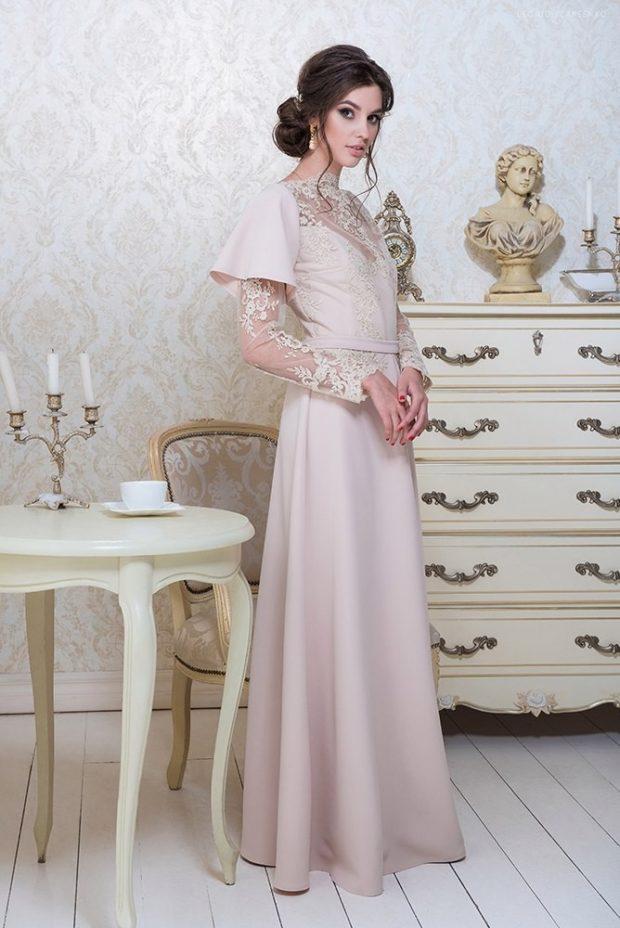 длинные вечерние платья в пол: бежевое с оригинальным рукавом