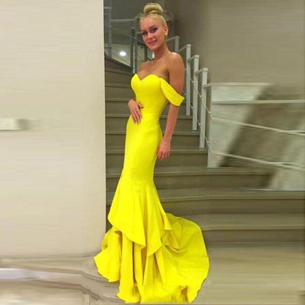 вечернее платье в пол фото: желтое с воланами