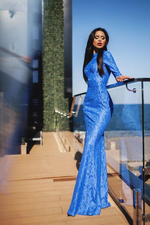 вечернее платье в пол фото: синее по фигуре с рукавами в узор