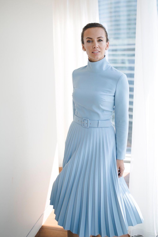 C чем носить юбку плиссе: теплая голубая