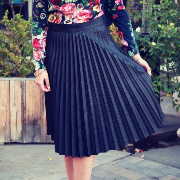 C чем носить юбку плиссе: черная по колено