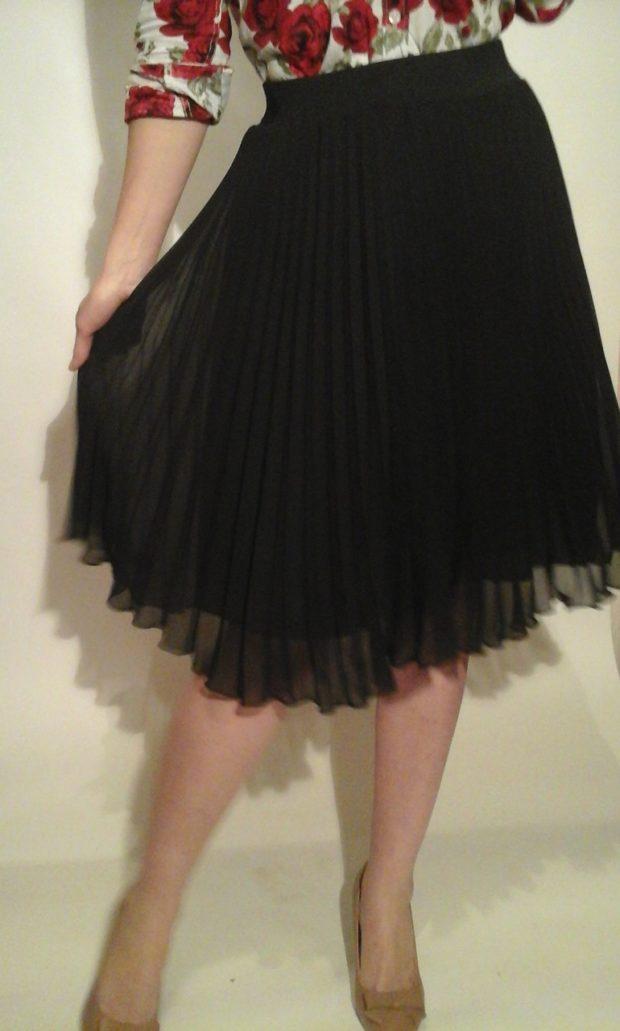 C чем носить юбку плиссе: черная тонкая