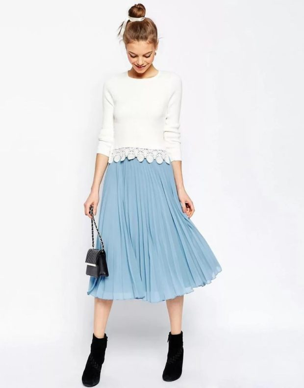 C чем носить юбку плиссе: голубая тонкая по колено
