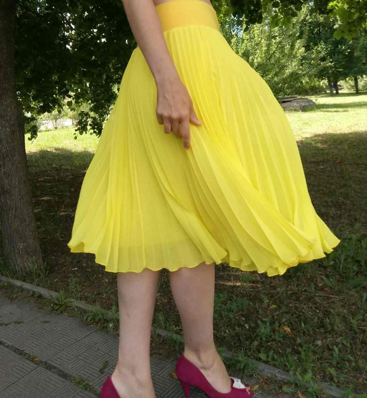 C чем носить юбку плиссе: желтая тонкая по колено