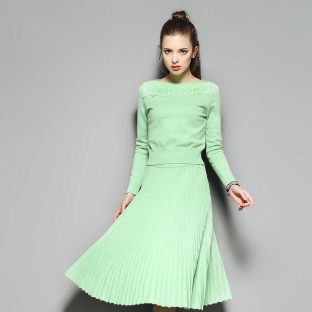 с чем носить плиссированную юбку: салатовая трикотаж