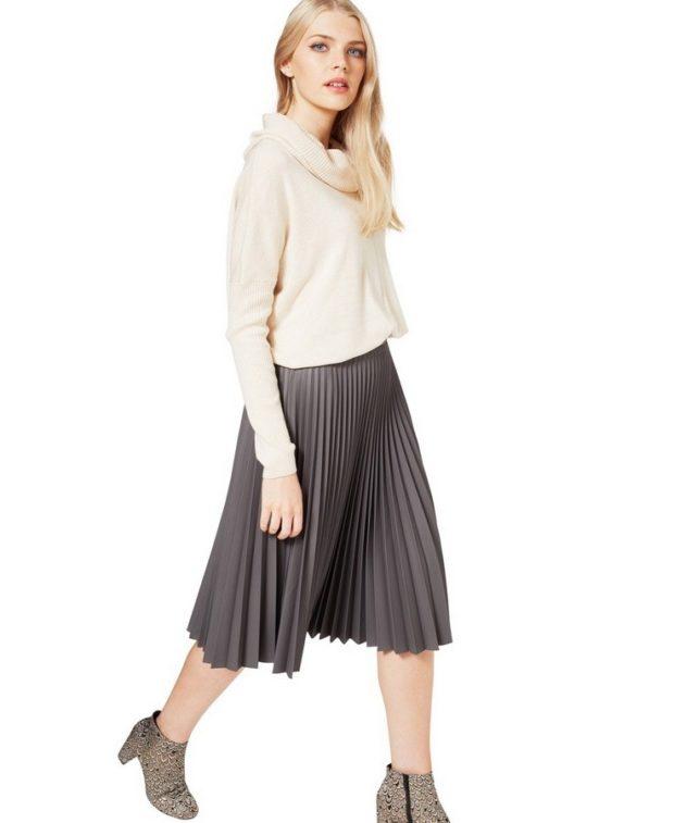 с чем носить плиссированную юбку 2019-2020: серая под ботильоны