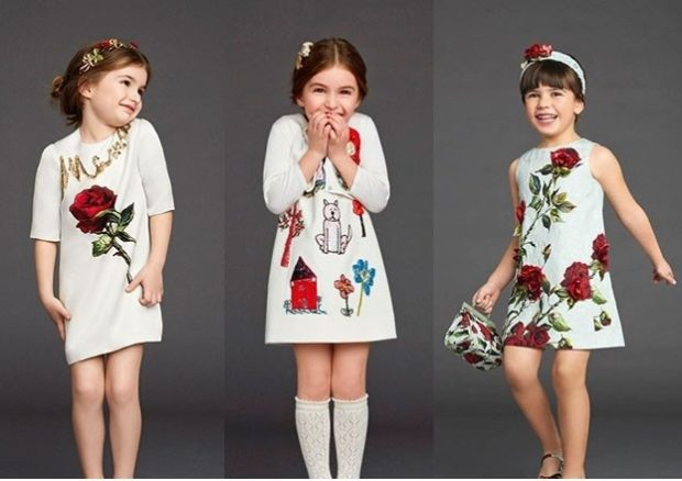 платья белые трапеция с красными принтами