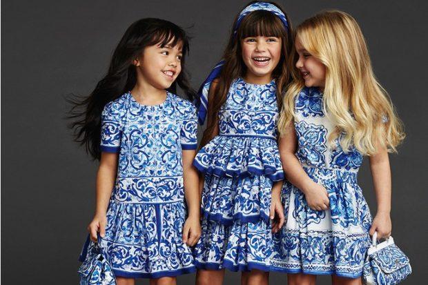 платья белые с вензелями синими в складку с воланами