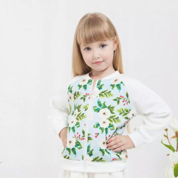 легкая белая курточка с цветочным принтом